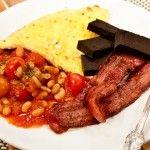 Recept på en middag som är enkel att laga och perfekt när man styrketränar; Stekfläsk, blodpudding, omelett och ugnsbakta bönor i tomatsås.