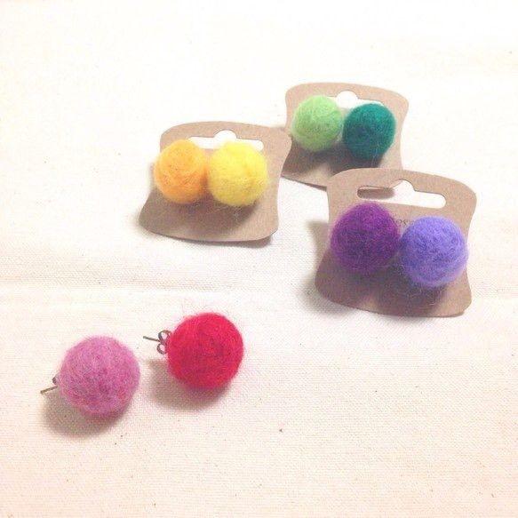 キャンディカラーのフワフワな羊毛フェルトで作ったピアスです同じ羊毛フェルトボールを使用した「お揃い品」も多数ございますぜひごゆっくりと、ギャラリー内をご覧くだ...|ハンドメイド、手作り、手仕事品の通販・販売・購入ならCreema。