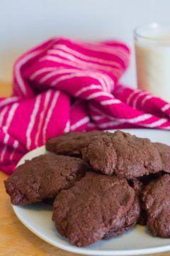 Ce matin je me suis levée avec une envie folle de manger des biscuits au chocolat. J'ai rapidement fait cette recette en espérant que ça marche du premier coup et puis c'était un franc …