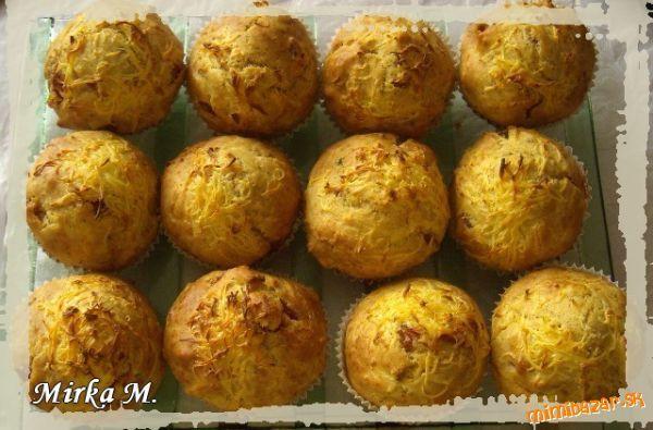 Jednoduché slané muffiny 300 g hladká múka * 1 KL soľ * 1/2 KL bazalka * 1/2 KL oregano * 1/2 KL mletá červená paprika * 60 ml olej * 250 ml mlieka * 1 vajíčko * prášok do pečiva * 50 g salámy * 60 g tvrdý syr * strúčik cesnaku plech si vyložíme košikmi, a nadávkujeme cesto, môže sa povrch posypať syrom