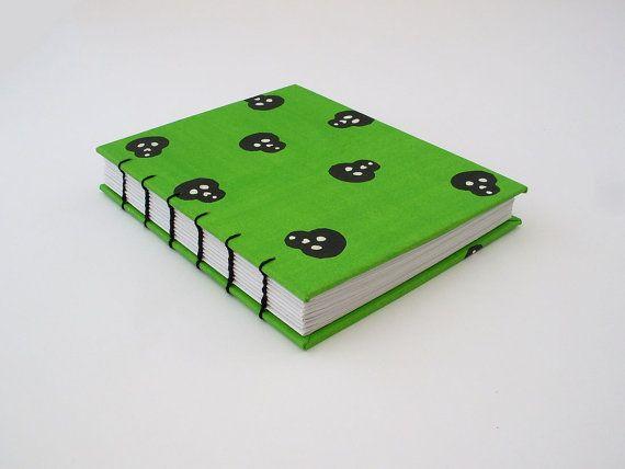 Cuaderno verde pequeño con calaveras, libreta hecha a mano, cuaderno con hojas blancas, libreta de pasta dura, material reciclado, diario