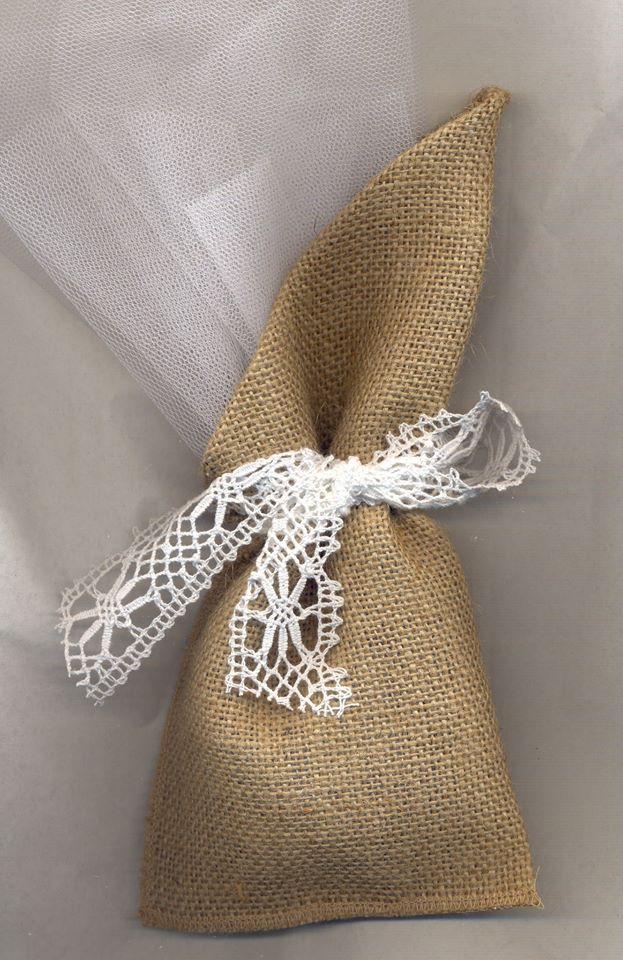Μπομπονιέρα γάμου πουγκί λινάτσα δεμένη με φιόγκο από βαμβακερή δαντέλα.    Η τιμή αφορά έτοιμη δεμένη μπομπονιέρα με 5 κουφέτα αμυγδάλου Χατζηγιαννάκης.