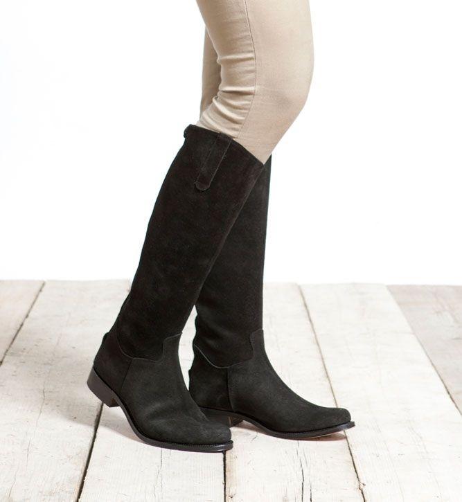 De Nevada Alta Negro zijn stijlvol in elk seizoen. Met de klassieke Nevada laarzen uitgevoerd in prachtig zwart suède; deze laarzen hebben een hoge schacht en zijn daarmee perfect voor de langere vrouw. Te combineren met diverse modestijlen en najaarskleuren. De achterzijde van de schacht is voorzien van een rits om de instap te vergemakkelijken. De laars wordt tevens opgesierd door een suède druksluiting die weer over de rits heen valt. De hakhoogte van de zwarte laarzen is 3 cm…