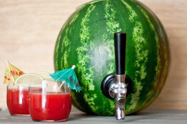Uma melancia pode se transformar em um criativo barril para servir bebidas refrescantes. Fácil de fazer, é preciso apenas da casca da melancia, uma furadei