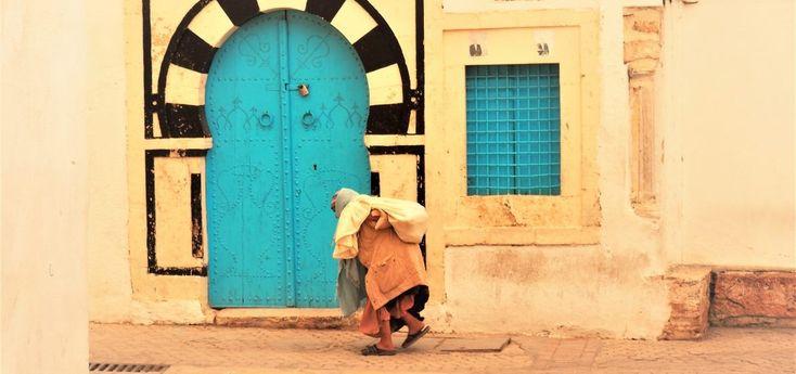 Con le sue trecento moschee, Kairouan è considerata la città santa della Tunisia ed è sito UNESCO per le notevoli bellezze storiche ed architettoniche, in primis la Grande Moschea.