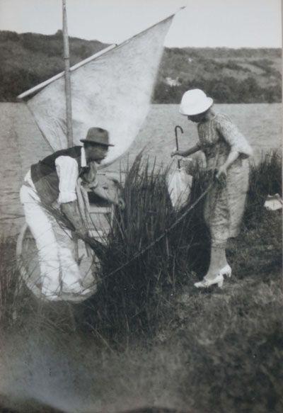 Pierre et Marthe Bonnard au bord de la Seine à Vernon, 1920 Tirage argentique, 17 x 11,6 cm © Archives Besson / Photo : Jean-Claude Duverget