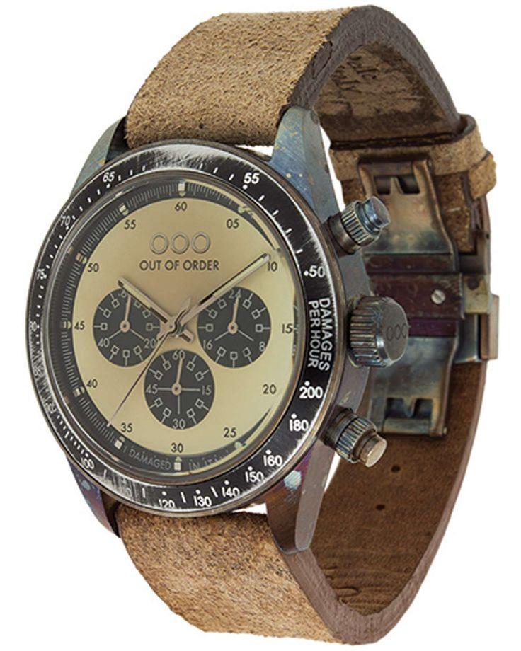Από την OOO ένα μοντέρνο ρολόι με χρονογράφο και δερμάτινο λουράκι.