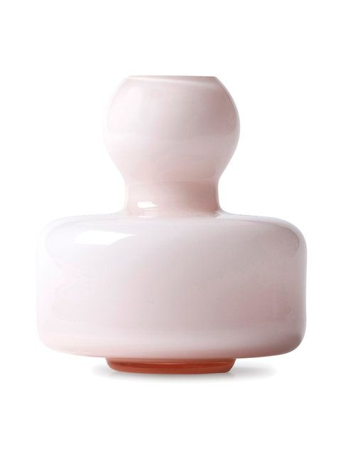 Carina Seth-Anderssonin suunnittelema pieni Flower-maljakko on kaunis sisustuselementti. Materiaali on suupuhallettua lasia.