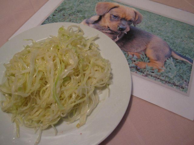 Das perfekte Weißkrautsalat, kroatische Art-Rezept mit einfacher Schritt-für-Schritt-Anleitung: Vom Weißkohl die obersten 2 - 3 Blätter entfernen und…