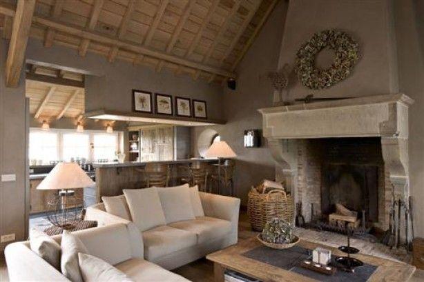 mooie woonkamer met doorkijk naar keuken, gezellig rond de open haard!