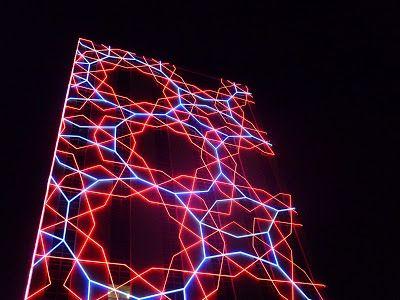 Esta instalación cubre el centro cultural Tlatelolco (por el Arq. Ramirez Vázques antes edificio de relaciones exteriores ) en la plaza de las tres culturas con un patrón de figuras geométricas (cuasicristales) en tonos rojo y azul. Este espectáculo visual estará iluminando la ciudad cada noche durante los siguientes años.