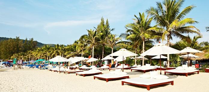 Kamala Beach, Phuket. Här finns sol, bad och avkopplande miljö. För er som reser utan barn finns Vings Sunprime Kamala Beach Resort och för dig/er som reser med barn finns Sunwing Resort Kamala Beach.