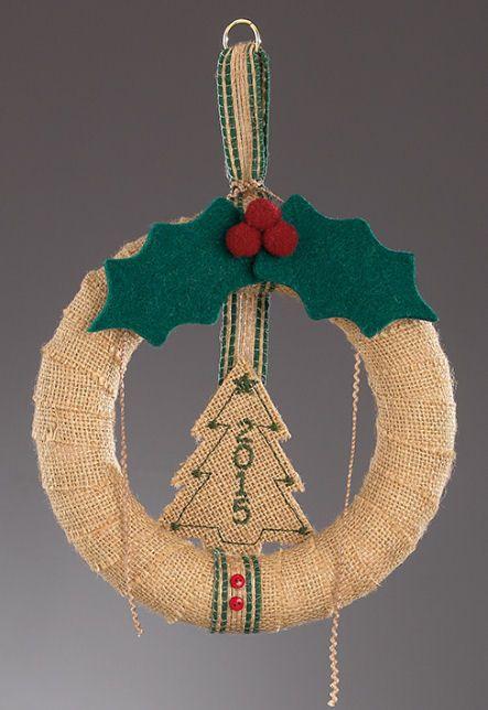 www.mpomponieres.gr Κρεμαστό χριστουγεννιάτικο στεφανάκι ντυμένο με λινάτσα και…