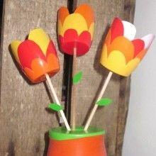Idée créative Récup spécial Fête des Mères ou des Grands-mères pour les enfants: un joli bouquet de tulipes réalisé avec de simples pots à yaourt découpés.