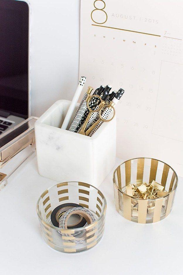 Y guarda tus suministros de oficina favoritos en recipientes gráficos de vidrio. | 23 Proyectos DYI dorados que amarás