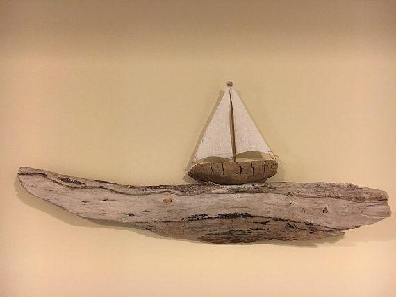 Uno de un velero de madera flotante tipo (OOAK) navegando suavemente en una ola de driftwood. Esta escultura está hecha de madera 100% natural del agua dulce recogido de la orilla del lago Michigan. La gran ola es un hermoso sol blanqueado pieza rematada con un pequeño velero con velas de lino. La pieza mide 21 L x 3 W x 10 H. verdaderamente uno de clase.