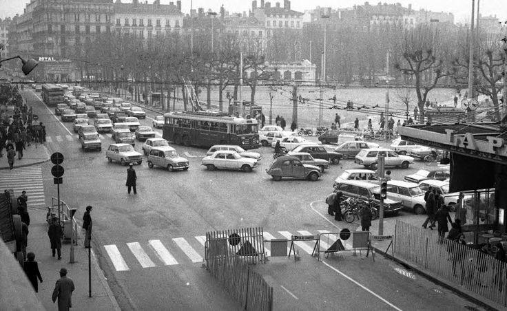 Comme aujourd'hui, on bouchonne à Bellecour. 2 janvier / Archives Le Progrès