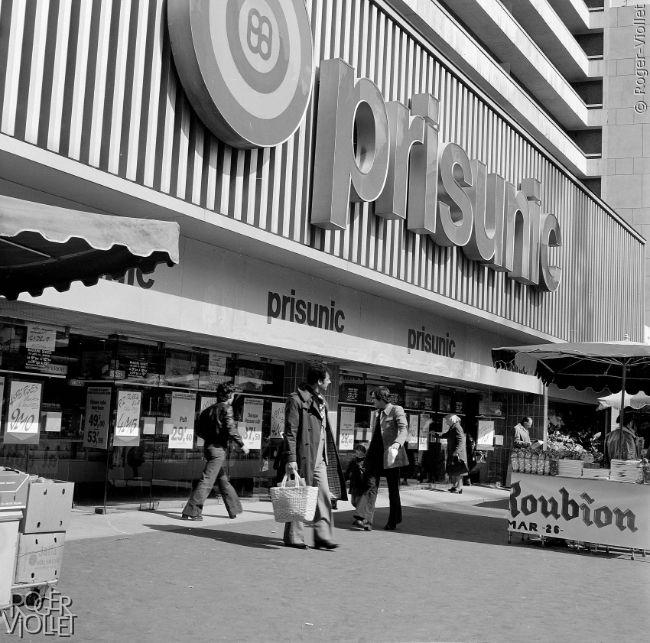 Prisunic à Paris, rue de Vaugirard (XVème arrondissement) en avril 1977.