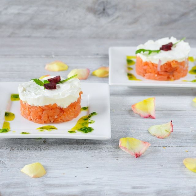 Torentje van gerookte zalm en geitenkaas | 4Pure | Tower of smoked salmon and goat cheese with arugula dressing
