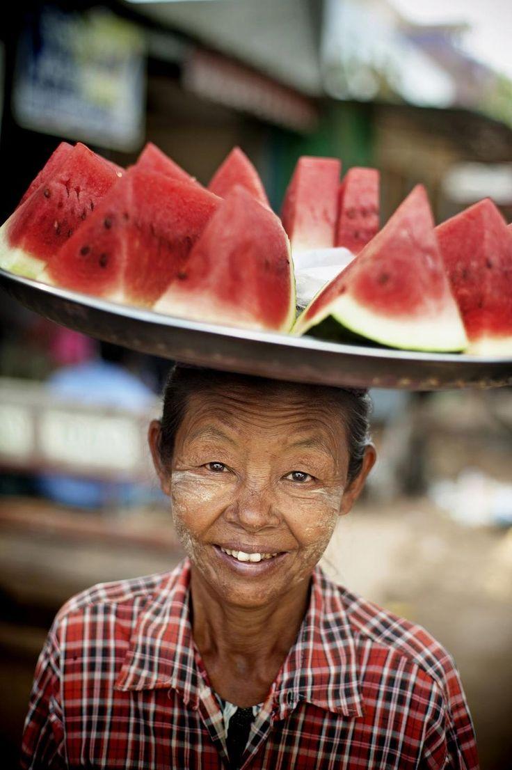 Gatumat och färsk frukt är Burmas klo.