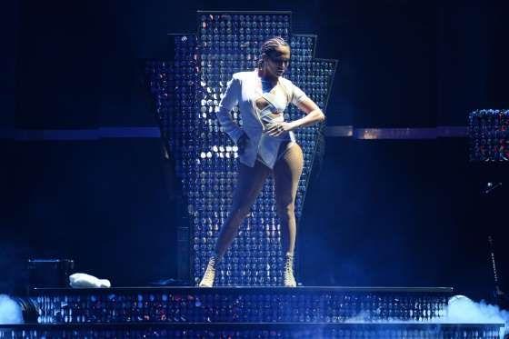 """♥♥ JENNIFER LÓPEZ ♥ [II] ♥  La cantante con el derrière más famoso del mundo, mide tan sólo 1,64 cm (5'4""""), compacta estatura que facilita su agilidad en las complejas coreografías que realiza sobre los escenarios en los que se presenta."""