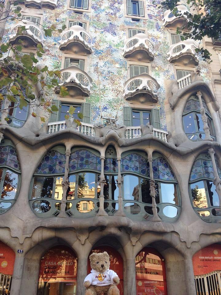 #JordiRocks is visiting the Casa Batlló on Passeig de Gràcia today!! What a masterpiece... Have you been?