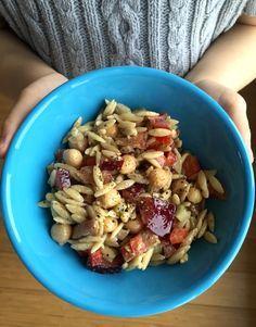 Les salades de pâtes font toujours plaisir à mes enfants. La vinaigrette est carrément délicieuse! Ingrédients (pour environ 6 personnes): 4 tasses d'orzo, cuit 1 boîte de pois chiches de 540…