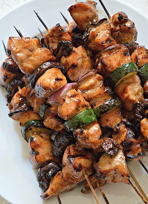 Kebabs de pollo y vegetales gratinados en salsa de miel