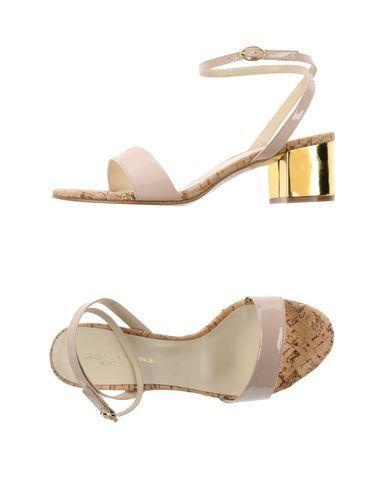 Il dettaglio metallico può esser ripreso negli accessori e nella pochette. The metallic heel detail may be matched with your accessories or purse