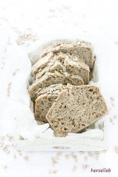 Brot Rezepte: Fermentiertes Buchweizen-Brot glutenfrei, vegan und ohne Hefe. Wenige Zutaten machen dieses Rezept von herzelieb so interessant.