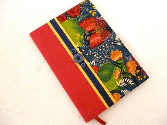 Caderno Brochura, Pautado, 96 folhas, Pequeno, encapado com tecido Tricoline.  Acabamento interno em papel cartonado e aviamentos. Estampa Floresta Tropical.  Com os Cadernos em Tecidos da Cora Artesanal, dê cor ao seu dia no trabalho, na escola e em qualquer lugar onde lápis e papel sejam imprescindíveis!  Medidas:  Largura: 14,9 cm  Comprimento: 21,3cm  Altura: 1,5cm R$ 25,00