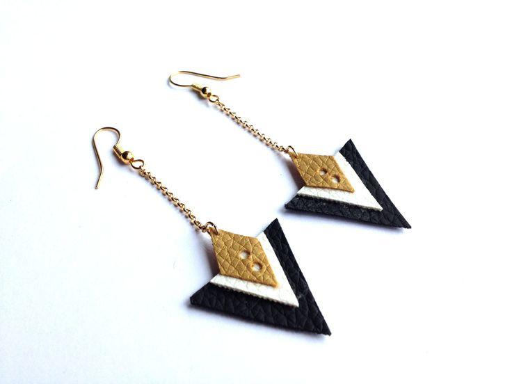 Boucles d'oreilles triangles cuir noir doré et blanc : Boucles d'oreille par aika