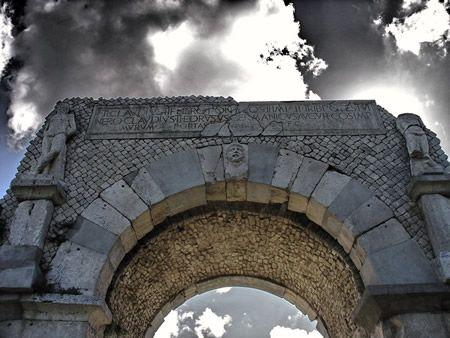 Nel sito archeologico della città di Altilia all'interno di edifici rurali di epoca settecentesca sono allestiti musei in cui sono esposti reperti ritrovati durante gli scavi di Altilia e S. Pietro.