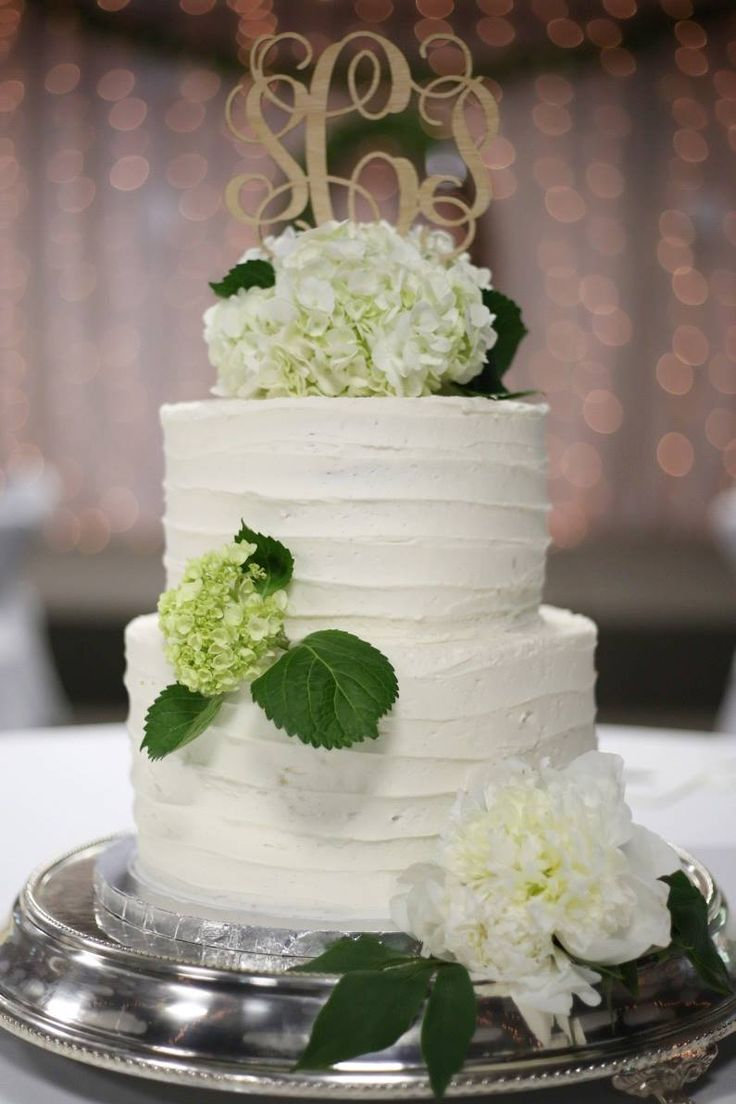 LOVE this natural cake topper with white hydrangea. Simple but elegant. Have you ordered your cake topper from Inscribed Monograms yet? 