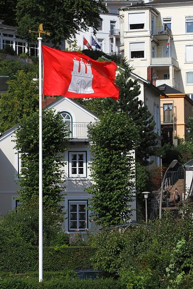 Häuser und Villen am Elbhang in HamburgBlankenese an der Elbe mit Hamburg Fahne Flagge Strandweg Treppenviertel Bezirk Altona Elbvororte Hansestadt...