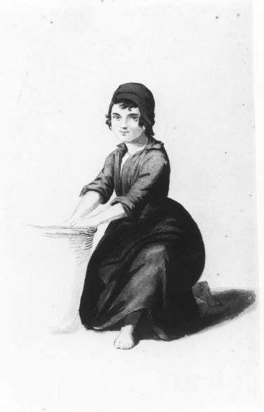 Meisje in klederdracht. Twijfelachtig of het Schevenings kostuum is. Het meisje, geknield naast een mand, draagt een slappe muts (niet Schevenings/wellicht fantasie), eenvoudig jak en rok, met schort met ingezet stuk en blote voeten. 1900 gravure