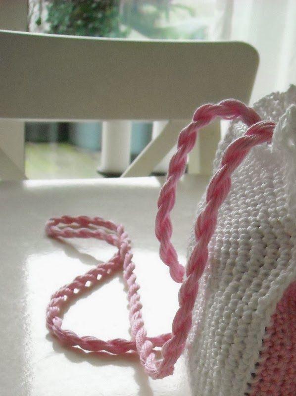 Tasje hello kitty     1 bolletje katoen wit [catania]   1 bolletje katoen roze [catania]   Restje zwart voor de ogen en een restje geel vo...