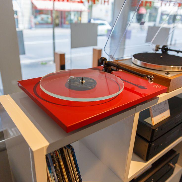 An die Plattenteller – Als Roy Gandy 1973 die Marke Rega registrierte, hatte er wohl kaum erwartet, dass sie bald Kultstatus erlangen würde. Rega Plattenspieler werden in England hergestellt und überzeugen mit modernem, schlichtem Design.