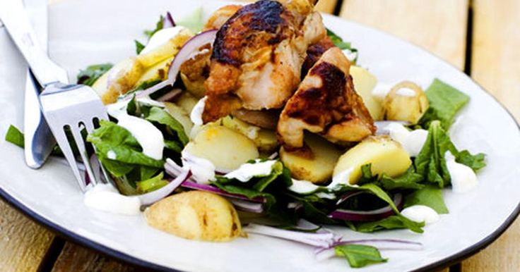 Kyckling är väldigt gott steka i ugn. Här får den sällskap av bbq-sås och en sallad med potatis. Vitlökssåsen är ett fräscht tillbehör.