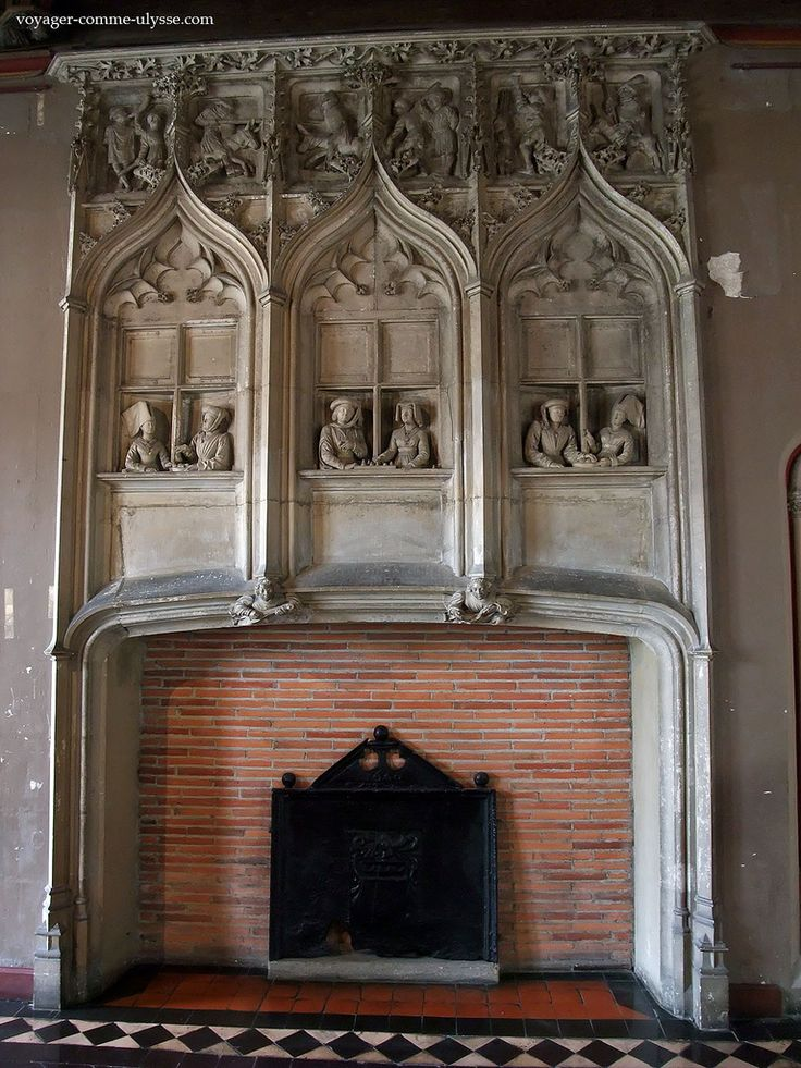 Cheminée décorée de splendides bas-reliefs.Palais Jacques Cœur (XVe) . Bourges. Centre