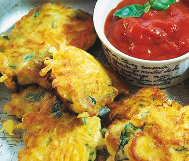 Världens bästa snack i väntan på middag eller under filmkvällen är.. Fritters! De här är gjorda på morot och doppas med fördel i en smakrik tomatsås.