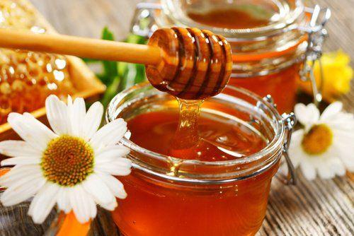 Bienfaits de miel Appliquer cette préparation maison sur le contour des yeux et se réveiller sans cernes