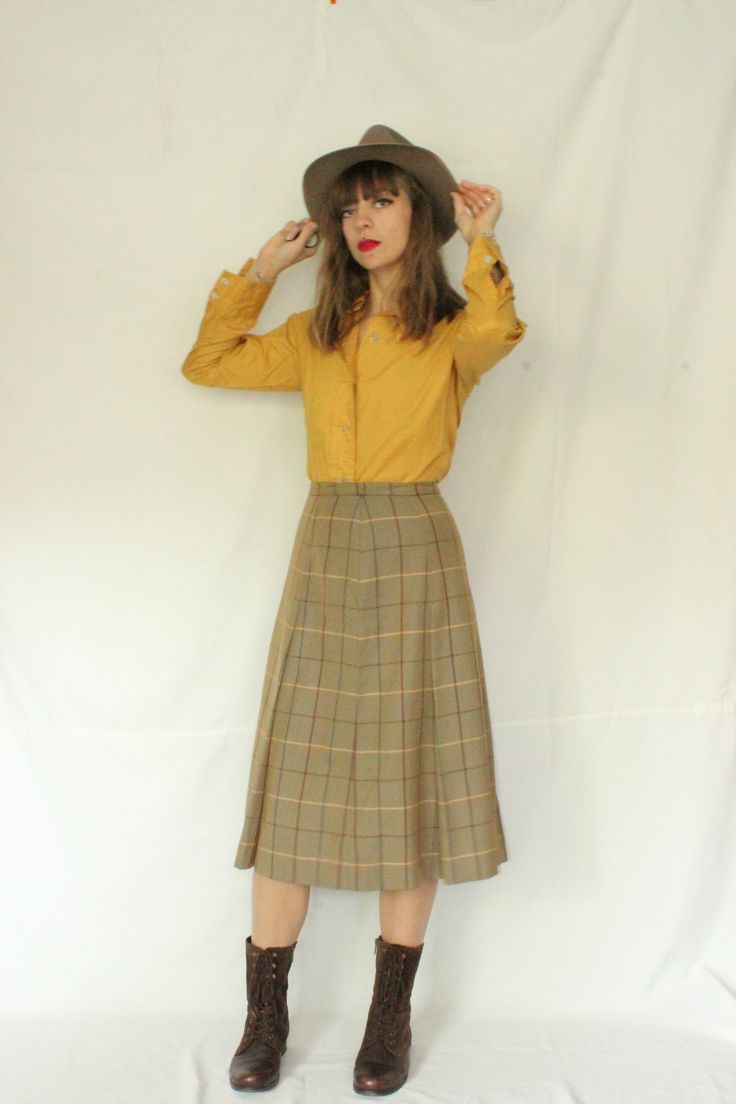 ➸Description: Burberrys plaid skirt, midi length, high waisted, back zip, hook closure, cotton and wool. Condition: Excellent    ➸ Measurements: (All Measurement are taking flat)  Us: Waist 14'' / Length 28'' Eu: Waist 36cm / Length 71'5''