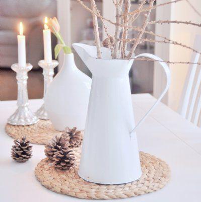 Stor vit lantlig kanna i emalj. För uteplatsen eller endast som dekoration. Underbar för en stor å ståtlig sommarbukett!