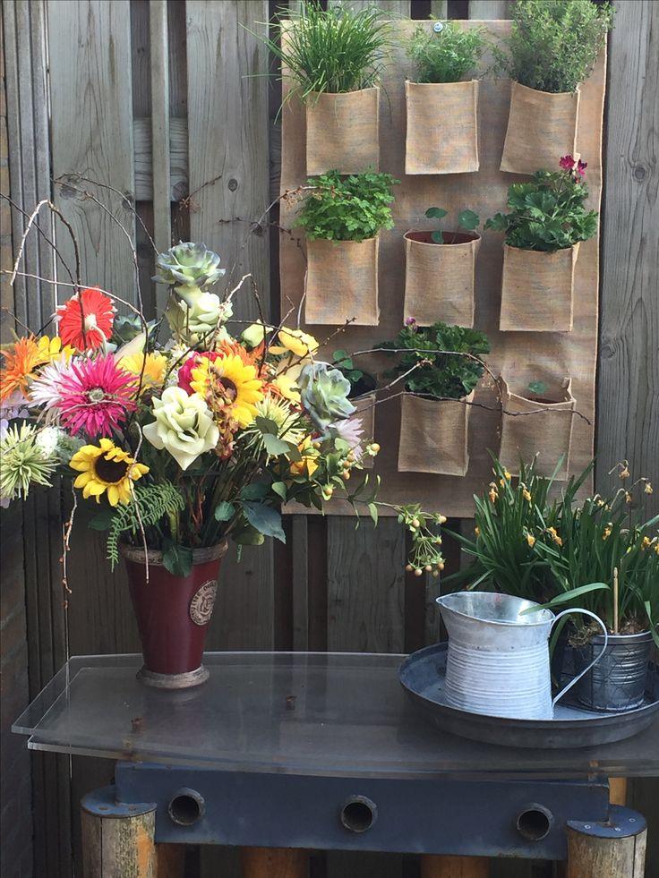 Boeket van bloemen van diverse kringloopwinkels