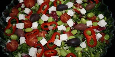Farverig salat med edamamebønner, tomater, oliven og herligt cremede fetatern.