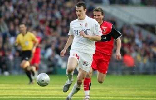 7 mai 2005, Stade de la Route de Lorient (Rennes). La sérénité de Sébastien Squillaci devant Alexander Frei. Monaco reste solide en Bretagne (0-0).