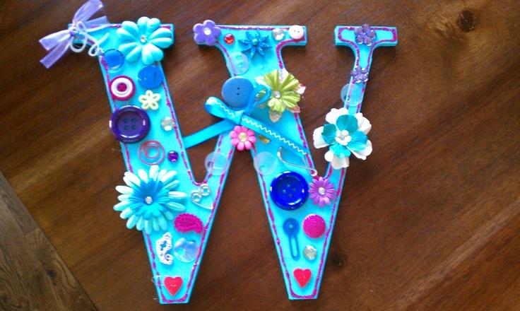 Letter. Houten letter (eerste letter juf/meester) Scrappapier, Lint & Versiersels.  Werkwijze: Versier de letter met het scrappapier, lint en versiersels naar eigen smaak. Dit kan zijn, de letter in 1 soort scrappapier of juist 2 soorten. Versier de letter verder met lint, bloemen of andere versiersels. Zo krijgt de juf/meester een eigen letter. evt. kun je er een haakje aan maken, zodat de letter makkelijk op te hangen is.