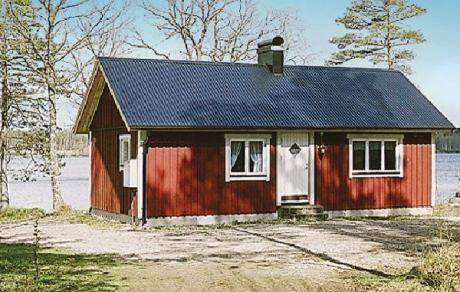 Torup  Gelegen op een grondstuk met een meer en het is aan het einde van een weg. Het vakantiehuis is omgeven door wildernis. U heeft een prachtig panoramisch uitzicht op het meer Lillfrillen gelegen bij Mjälahult. Een droomhuis en plaats voor plezier en natuurbelevenissen. De ligging is afgeschermd. Wanneer u hier uw komende vakantie boekt weet u zeker dat u helemaal tot rust komt. U geniet hier heerlijk van uw Zweedse vakantie.  EUR 279.00  Meer informatie  #vakantie http://vakantienaar.eu…