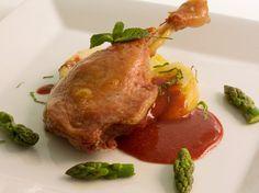 Confit de pato con manzanas y salsa de frambuesa